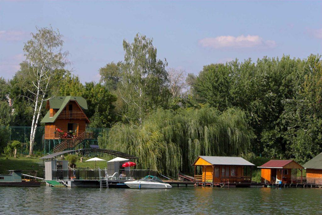 Raft houses on the Sava River in Belgrade, Serbia. Photo credit: Dragan Bosnic