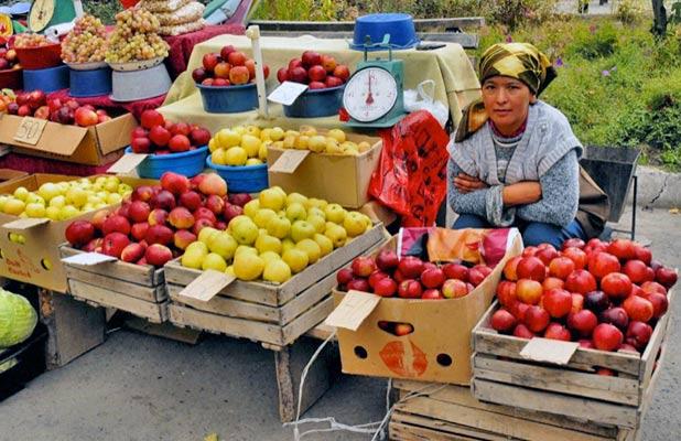 A roadside stand in Almaty displays colorful varieties of Kazakh apples. Photo credit: Ana Filonov